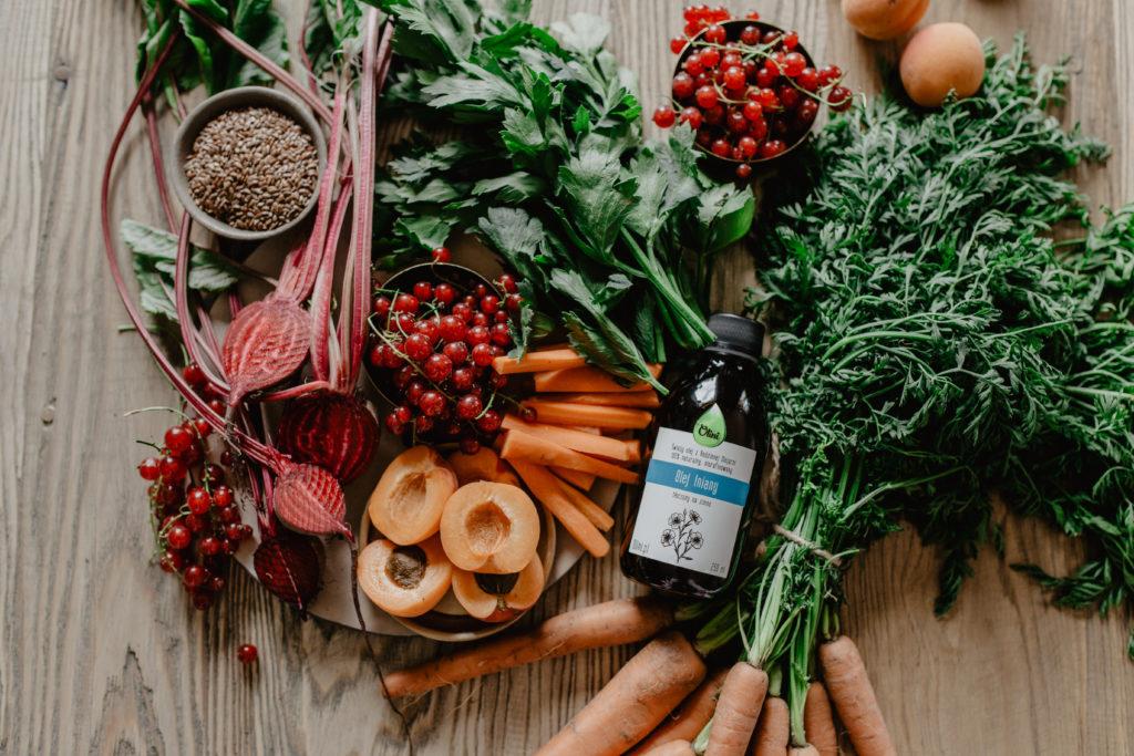 Sałatka z olejem lnianym, pszenicą i świeżymi owocami